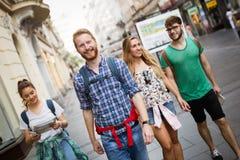 Groupe mené par le guide touristique image stock