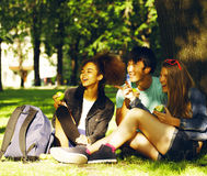 Groupe mignon de teenages au bâtiment de l'université avec des livres Images libres de droits