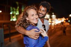 Groupe millenial multi-ethnique d'amis prenant une photo de selfie avec le téléphone portable sur le terrasse de dessus de toit u Image libre de droits
