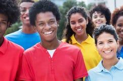 Groupe mixte de jeunes adultes multi-ethniques heureux Photos stock