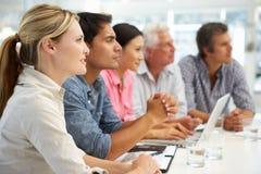 Groupe mixte lors de la réunion d'affaires image stock