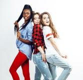Groupe multi divers de filles de nation, société adolescente d'amis gaie ayant l'amusement, sourire heureux, pose mignonne d'isol Photos libres de droits