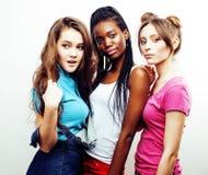 Groupe multi divers de filles de nation, société adolescente d'amis gaie ayant l'amusement, sourire heureux, pose mignonne d'isol Photo libre de droits