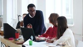 Groupe multi-ethnique d'âge divers heureux d'hommes d'affaires travaillant ensemble, collègues coopérant au bureau moderne léger clips vidéos