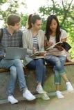 Groupe multi-ethnique d'étudiants concentrés par jeunes Photographie stock libre de droits