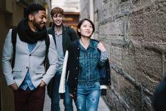 Groupe multi-ethnique d'amis ayant l'amusement à Paris, latin de Quartier Images stock