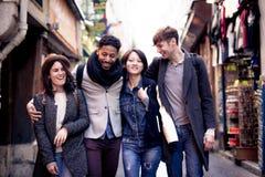 Groupe multi-ethnique d'amis ayant l'amusement à Paris, latin de Quartier Photos stock
