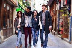 Groupe multi-ethnique d'amis ayant l'amusement à Paris, latin de Quartier Photo stock