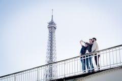 Groupe multi-ethnique d'amis ayant l'amusement à Paris le long de la Seine Photo libre de droits