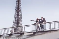 Groupe multi-ethnique d'amis ayant l'amusement à Paris le long de la Seine Photos libres de droits