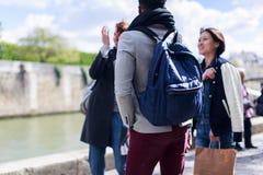 Groupe multi-ethnique d'amis ayant l'amusement à Paris le long de la Seine Image libre de droits