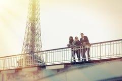 Groupe multi-ethnique d'amis ayant l'amusement à Paris le long de la Seine Photos stock