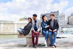 Groupe multi-ethnique d'amis ayant l'amusement à Paris le long de la Seine Photos libres de droits