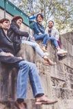 Groupe multi-ethnique d'amis ayant l'amusement à Paris le long de la Seine Images libres de droits
