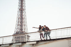 Groupe multi-ethnique d'amis ayant l'amusement à Paris le long de la Seine Photo libre de droits