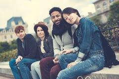 Groupe multi-ethnique d'amis ayant l'amusement à Paris, Notre Dame Photographie stock libre de droits