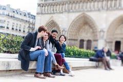 Groupe multi-ethnique d'amis ayant l'amusement à Paris, Notre Dame Image libre de droits