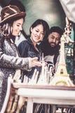 Groupe multi-ethnique d'amis ayant l'amusement à Paris, Notre Dame Photos stock