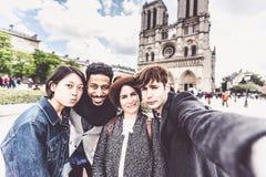 Groupe multi-ethnique d'amis ayant l'amusement à Paris, Notre Dame Photos libres de droits