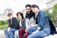Groupe multi-ethnique d'amis ayant l'amusement à Paris, Notre Dame Images libres de droits