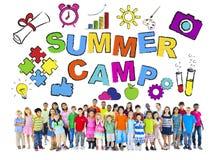 Groupe multi-ethnique d'enfants avec des concepts de colonie de vacances Image libre de droits