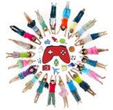 Groupe multi-ethnique d'enfants avec la variété Activty Images stock