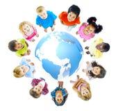 Groupe multi-ethnique d'enfants avec le concept global d'éducation Photographie stock