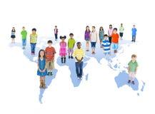 Groupe multi-ethnique d'enfants avec le concept global d'éducation Image libre de droits