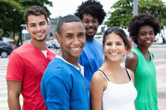 Groupe multi-ethnique de hippie marchant à la ville Images stock