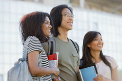 Groupe multi-ethnique de jeunes étudiants de sourire se tenant et parlant Photo stock