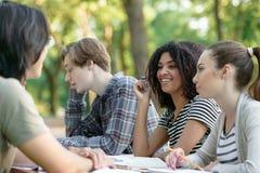 Groupe multi-ethnique de jeunes étudiants heureux Photos stock