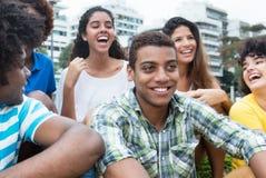 Groupe multi-ethnique de jeunes adultes extérieurs dans la ville Photos stock