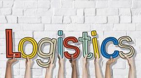 Groupe multi-ethnique de mains tenant le concept de logistique de lettre Image libre de droits