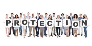 Groupe multi-ethnique de personnes diverses tenant la protection images libres de droits