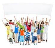Groupe multi-ethnique de personnes occasionnelles avec augmenter d'enfants leur Images libres de droits
