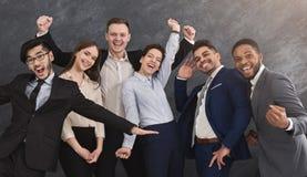 Groupe multi-ethnique de sourire ayant l'amusement et la pose Photos stock