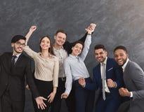 Groupe multi-ethnique de sourire ayant l'amusement et la pose Photographie stock