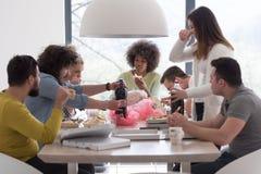 Groupe multi-ethnique de temps heureux de déjeuner d'amis Image libre de droits
