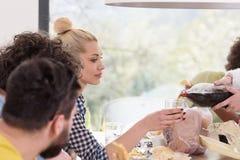 Groupe multi-ethnique de temps heureux de déjeuner d'amis Photo stock