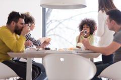 Groupe multi-ethnique de temps heureux de déjeuner d'amis Image stock