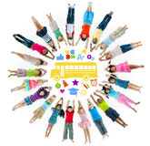 Groupe multi-ethnique des enfants et du concept d'école Images stock