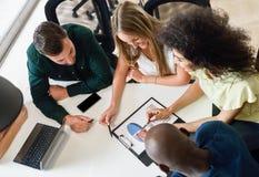 Groupe multi-ethnique des jeunes étudiant avec l'ordinateur portable Images libres de droits