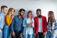 Groupe multi-ethnique des jeunes dans la tenue de détente d'isolement au-dessus du fond gris Photos stock