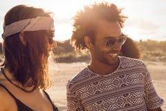 Groupe multi-ethnique heureux d'amis ayant l'amusement ensemble Image stock