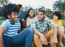 Groupe multi-ethnique heureux de jeunes adultes extérieurs dans la ville Photographie stock