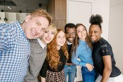 Groupe multi-ethnique joyeux d'amis concept de l'amitié parmi la jeunesse diverse Photo libre de droits