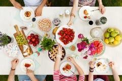 Groupe multiculturel ayant un repas Photo stock