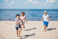 Groupe multiculturel de petits enfants jouant ensemble Image libre de droits