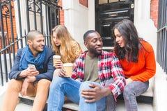 Groupe multiracial d'amis ayant l'amusement ensemble à Londres Image stock