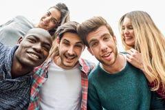 Groupe multiracial d'amis prenant le selfie Photo libre de droits